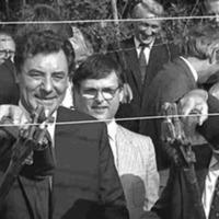 Los ministros de Exteriores de Austria, Alois Mock (izquierda), y Hungría, Gyula Horn (derecha), cortan el alambre de espino que separa los dos países, creando la primera b.gif