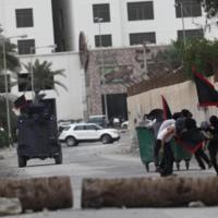 Jóvenes manifestantes chocan con las fuerzas de seguridad en las calles de Manama.