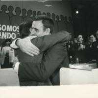 El nuevo presidente de UCD es felicitado por Suárez.jpg