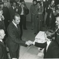 Los Reyes de España depositando sus votos en el Referéndum Nacional para la Reforma Política.jpg